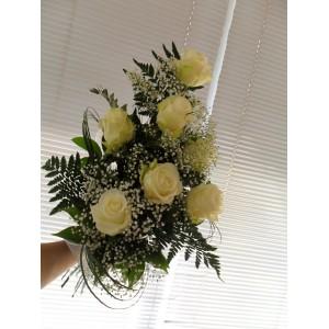 Букет из белых роз 7 шт.с с гипсофилой, берграссом.