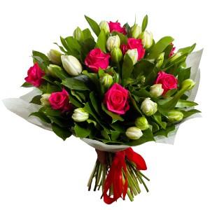 """Букет из розовых роз и белых тюльпанов 29 шт. """" Пробуждение природы """""""