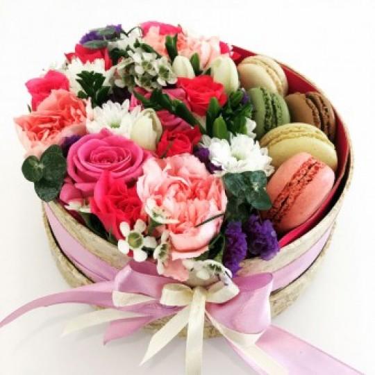 Коробка с живыми цветами и французским десертом Макарон