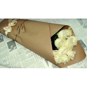 """Букет из белых роз 9 шт. в подарочной бумаге """"Классика"""""""