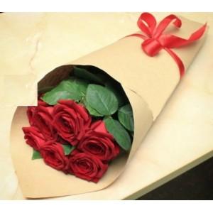 """Букет из красных роз 7 шт. в подарочной бумаге """"Классика"""""""