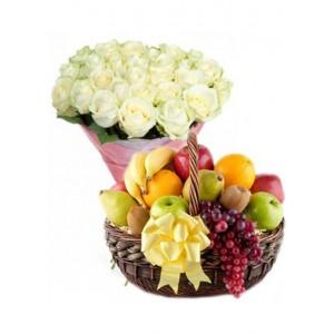 Букет из белых роз 29 шт. + корзина фруктов