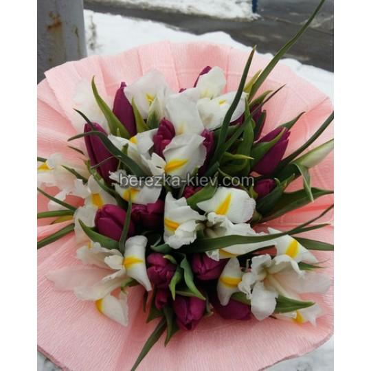 Букет из 19 шт фиолетовых тюльпанов и 10 шт белых ирисов